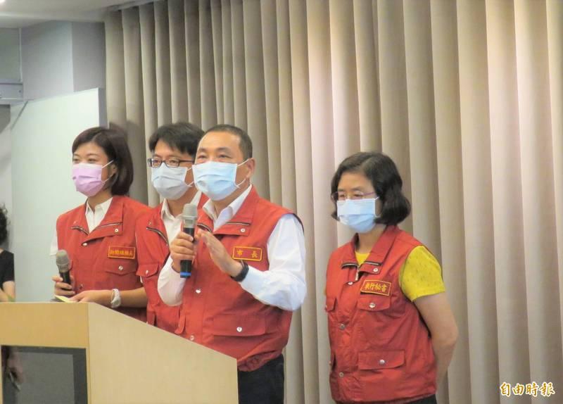 新北市長侯友宜(右二)說,採購疫苗的管道並非重點,保護力才是。左起分別為新聞局長蔣志薇、環保局長程大維、衛生局長陳潤秋。(記者陳心瑜攝)