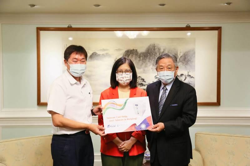 民進黨立委管碧玲今協助國內廠商捐助四台氫氧機給印度,預計今日將寄往印度(管碧玲辦公室提供)