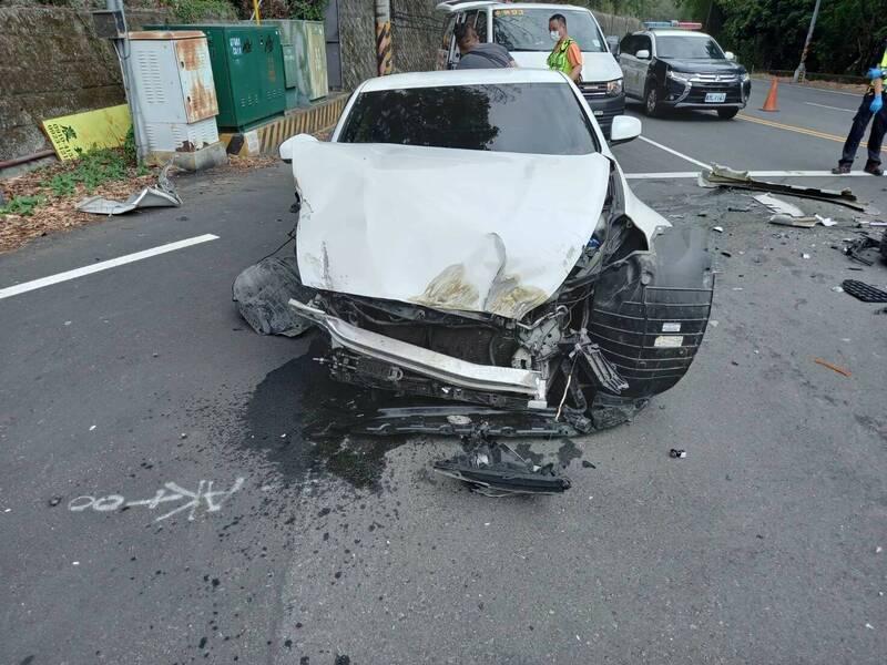台3線147公里、苗栗縣卓蘭鎮路段,今天下午1點許,發生1輛日產雙門跑車與砂石車碰撞事故,造成跑車車頭全毀、。(圖由民眾提供)