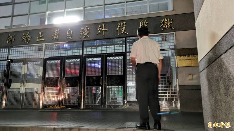 傅崑萁服務處主任陳文卿在外役監獄正門等候,但同時間接送車輛已經悄悄把傅接出獄。(記者花孟璟攝)