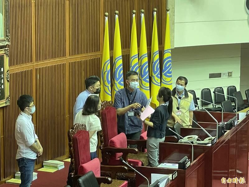議事結束後,蔡宗雄再至主席台上向鍾佩玲激動解釋。(記者鄭名翔攝)