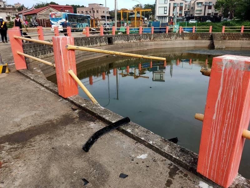 撞斷池塘邊護欄,可見當時力道不小。(讀者提供)
