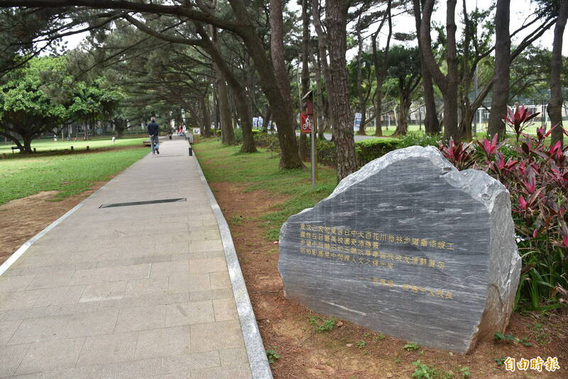 中央大學百花川文學步道,沿路有10位文壇校友作品鑄刻其上。(記者李容萍攝)