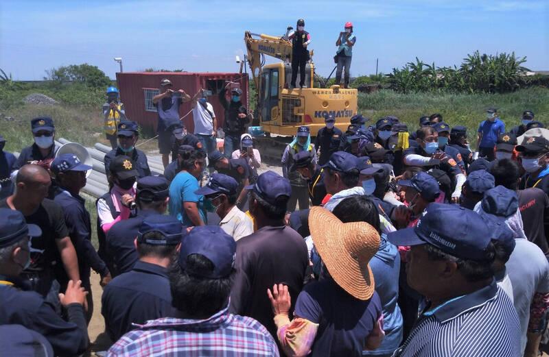 北門蘆竹溝居民抗議光電施工,和警方爆衝突。(自救會提供)