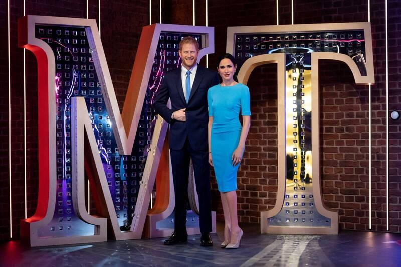 英國倫敦杜莎夫人蠟像館12日將英國哈利王子與妻子梅根的蠟像放在新位置。(路透)