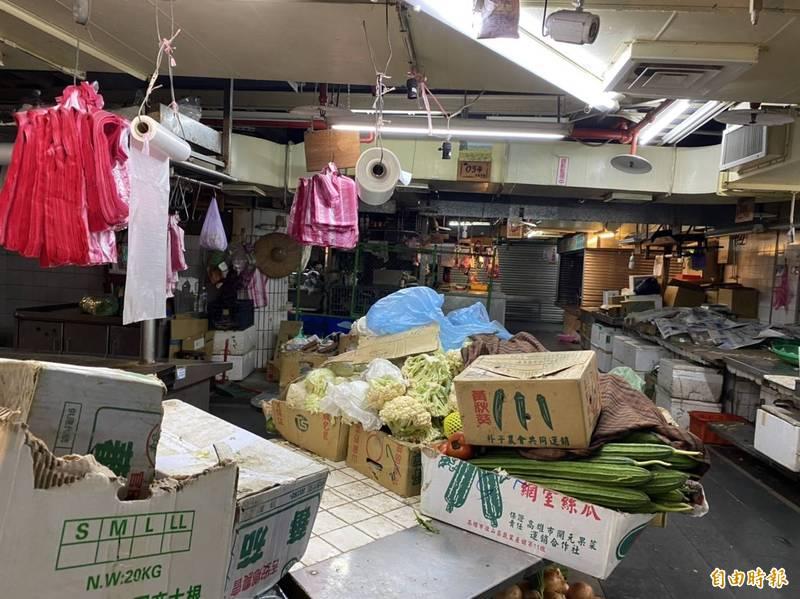 永春市場停電到深夜23時10分,攤商在未復電前只能簡單收拾。(記者楊心慧攝)