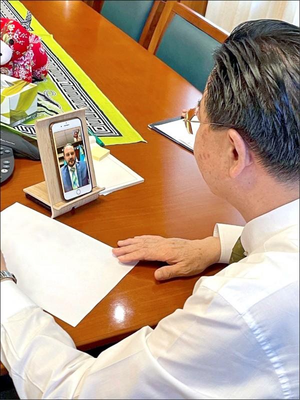 中美洲友邦瓜地馬拉外交部長布羅洛原規劃於5月中旬訪台,但因疫情延後。外交部長吳釗燮昨與布羅洛視訊通聯,就疫情合作事項與中美洲區域情勢交換意見。(外交部提供)