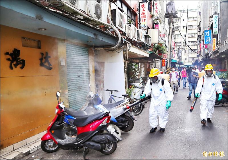 12日新增16例武漢肺炎(新型冠狀病毒病,COVID-19)本土個案,台北市萬華區兩家茶館也爆出工作人員染疫,環保局昨下午派員至龍山寺附近區域進行消毒。 (記者羅沛德攝)