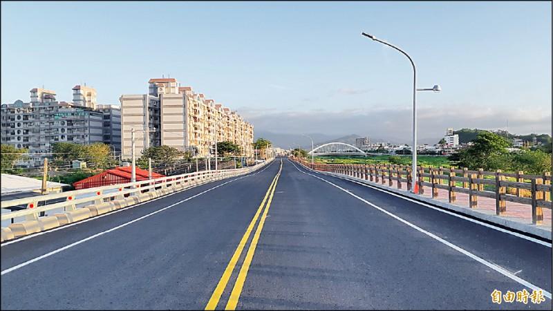 台東市太平溪右岸一路通首段道路昨天早上通車,命名為仁義南路。(記者黃明堂攝)