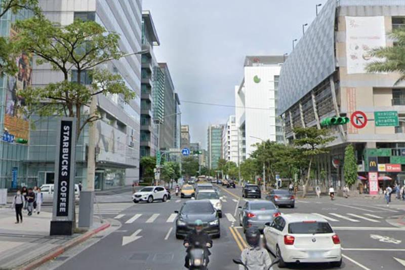 台北市內湖科技園區某大樓電影公司有員工家屬確診,大樓內各公司要求員工今天不用進公司上班。(圖截自Google街景)