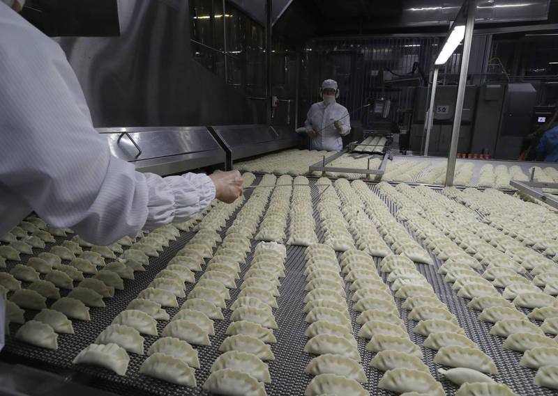 韓國食品公司CJ第一製糖生產的冷凍餃子包裝內驚見橡膠手套。(美聯社資料照)