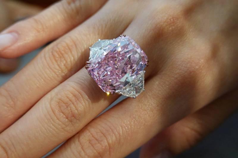 15.81克拉的紫粉紅巨鑽「櫻花」,將在下週佳士得香港春季拍賣會亮相。(路透)