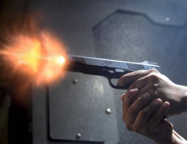 美國緬因州發生一起離奇的槍擊案件,一名2歲男童在家中床頭櫃找到1把手槍,竟瞄向父母射擊。(法新社)