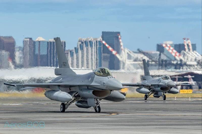 今日稍早有航空迷拍到台灣F-16戰機在夏威夷機場起降的照片,並在社群平台分享。(Aeros808授權使用)