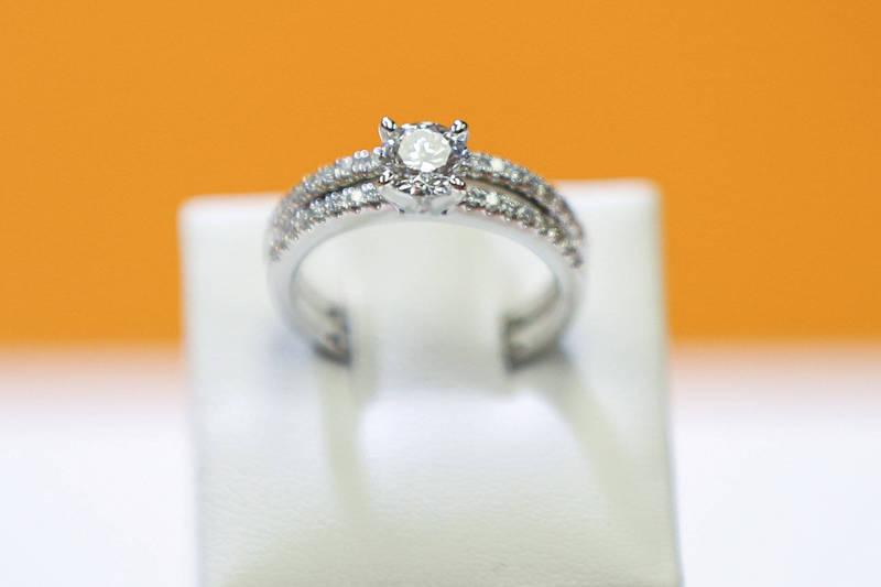 男子分享花費2萬美金購入實驗室鑽石,未婚妻得知後卻發怒,並要求他更換成為一顆同價為的天然鑽石給她。實驗室鑽石示意圖。(路透)