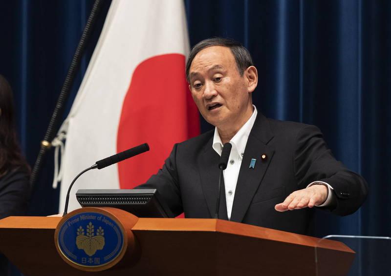 日本疫情升溫,今日新增6880例。圖為首相菅義偉。(歐新社資料照)