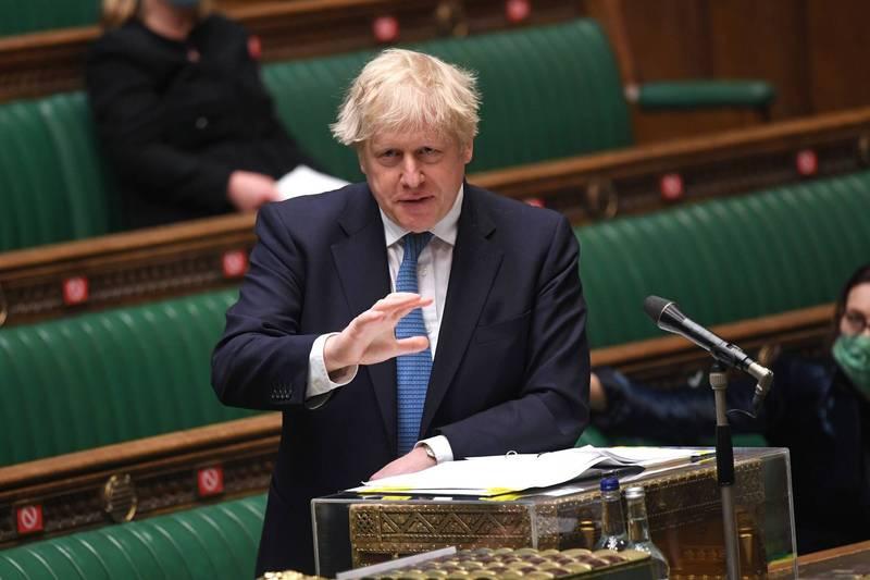 英國首相強森表示,本月稍晚將會提出更多細節,包含是否取消社交距離,不過下週將嘗試放寬一些防疫措施,包含開放電影院、健身班、酒吧等。(路透)