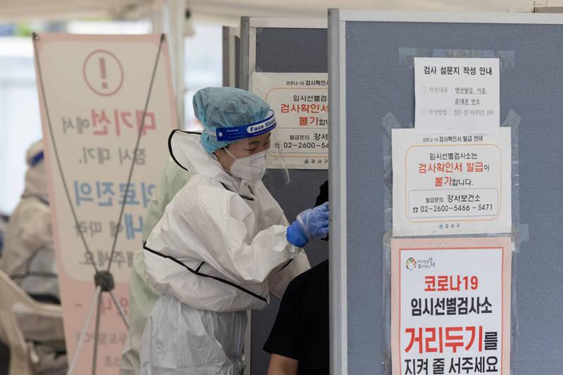 南韓疫情再度升溫,12日新增715例武漢肺炎確診病例。(彭博社資料照)