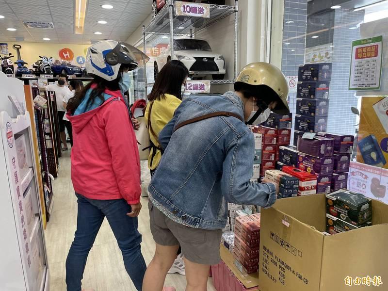 原PO分享,昨天前往大賣場發現3大箱口罩幾乎全賣光,原PO只搶到最後一盒口罩。示意圖,與當事人無關。(資料照)