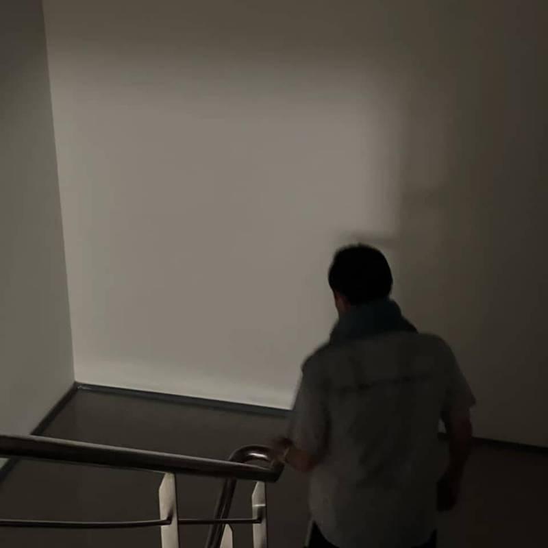 今日無預警停電,前總統、前國民黨主席馬英九也不忘借題發揮,曬出他因停電得走樓梯的生活照,並直呼「支持重啟核四公投」。(圖取自臉書_馬英九)