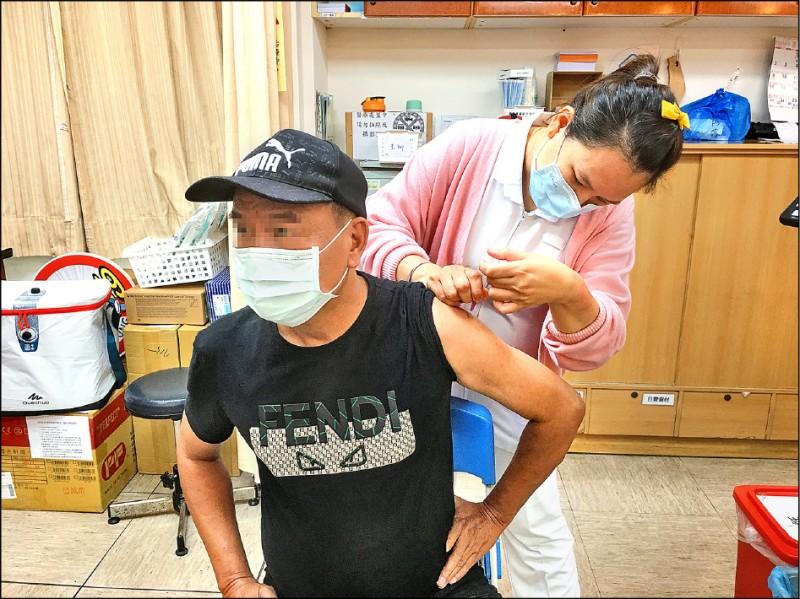 武漢肺炎疫情延燒,這幾天前往屏東基督教醫院接種疫苗的民眾大幅增加。(資料照,屏基提供)