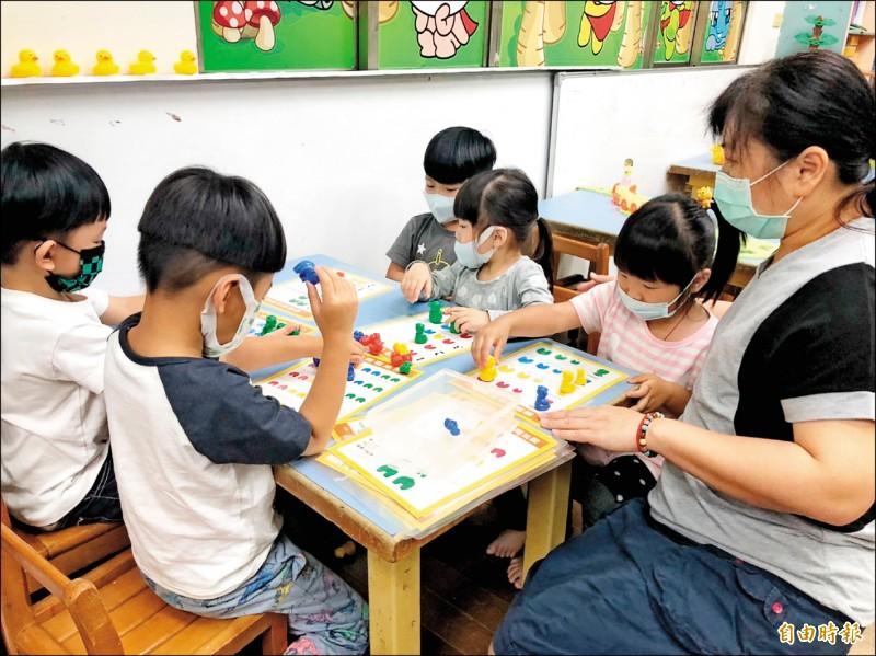 南市教育局長鄭新輝宣布,110學年度幼兒園除月費在7000元以下外,其餘一律凍漲。(記者蔡文居攝)