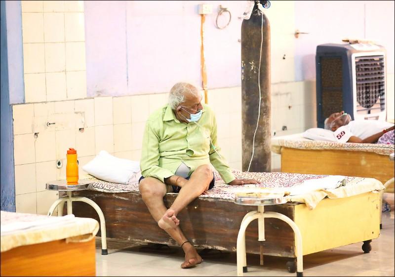 印度一名疑似罹患武肺病患,十二日在首都新德里郊外一處搭建在錫克教神廟裡的臨時醫院,接受給氧治療。專家預測,印度疫情將在本週達到高峰。(歐新社)