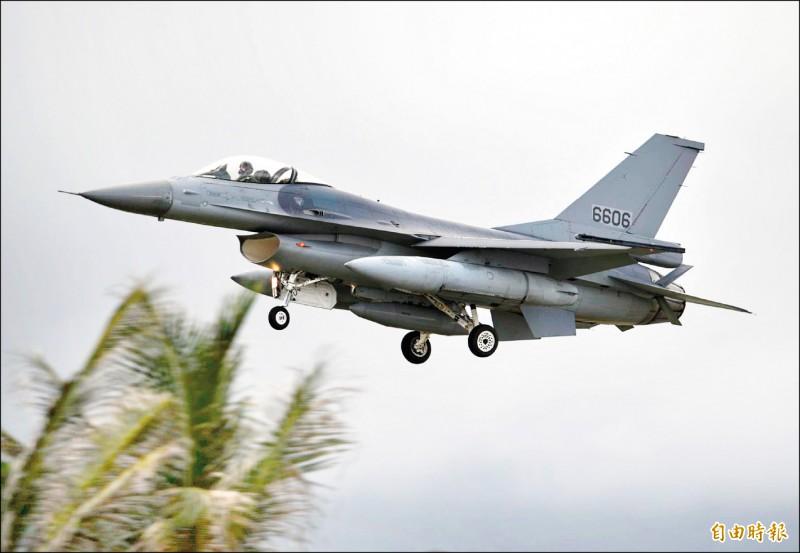 編號6606,自美國飛返台灣準備構改升級的F-16A戰機。(記者游太郎攝)