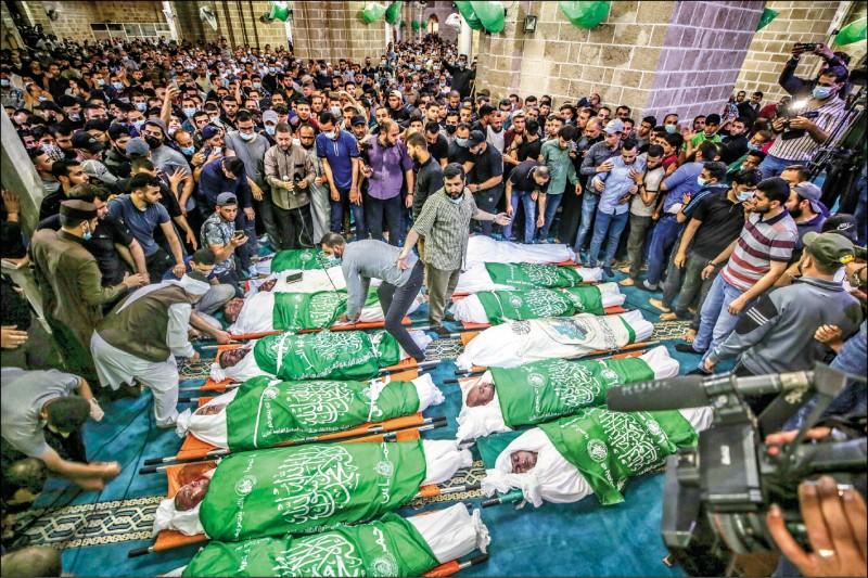 大批巴勒斯坦人十三日在加薩市出席死於以色列空襲的巴人葬禮。(歐新社)