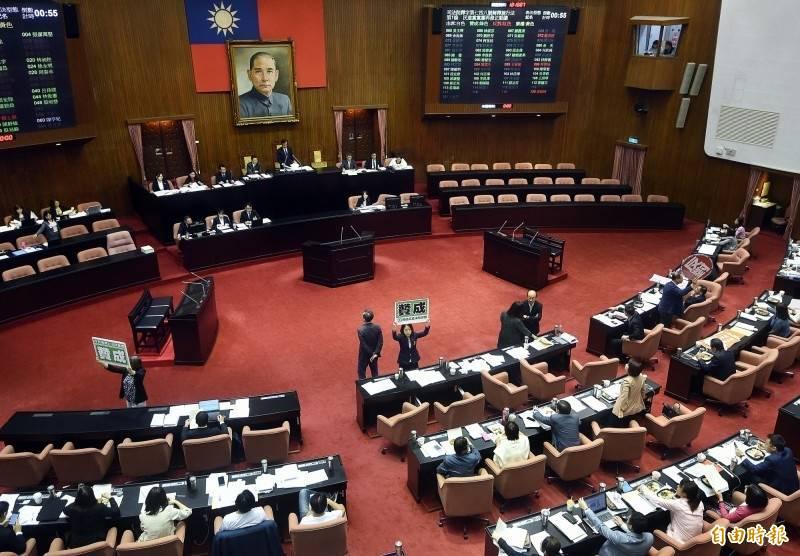 立法院今天召開院會,朝野立委就達113人,加上議事人員,已超過室內100人上限,但立法院今天將防疫計畫函知台北市府。(資料照)