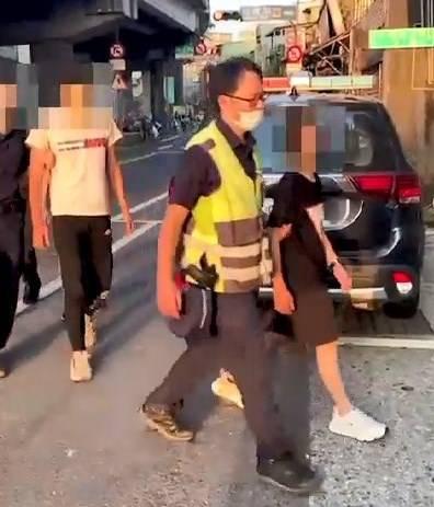 警方今日凌晨開始陸續將犯嫌逮捕到案。(記者吳昇儒翻攝)