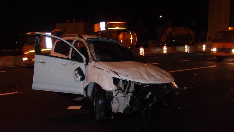 楊女車輛打橫於中線車道及內線車道,車頭全毀。(記者魏瑾筠翻攝)