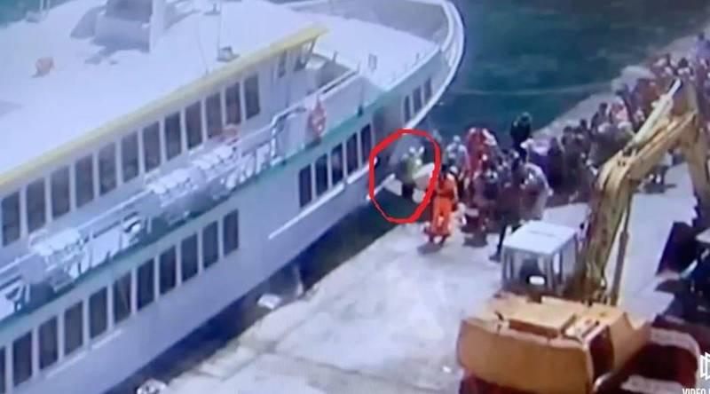 一名男子今登船時腳踩空,隨後跌落港內。(記者黃明堂翻攝)