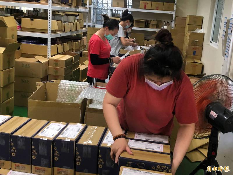 台南安定清潔業者防疫用品訂單爆量,員工也加班趕工出貨。(記者萬于甄攝)