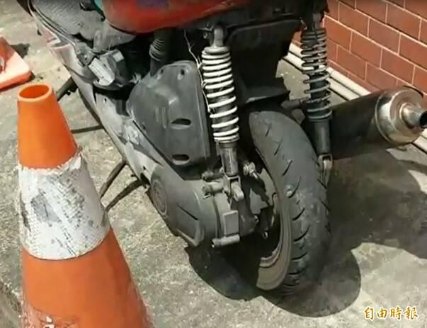 潘姓學生無照騎車自摔死亡,警方調查,機車輪胎的胎紋幾乎磨平。(記者王善嬿攝)