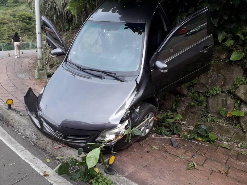 車子衝下邊坡,所幸夫妻二人並無大礙,自行脫困。(記者吳昇儒翻攝)