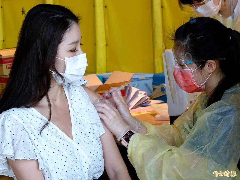 台灣武漢肺炎(新型冠狀病毒病,COVID-19)疫情持續升溫,為提升機場防疫,桃園市政府衛生局於桃園機場第二航廈設立COVID-19疫苗接種站,提供機場第一線高接觸風險人員公費疫苗接種。(記者朱沛雄攝)