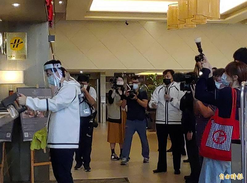行政院長蘇貞昌由桃園市長鄭文燦等人陪同,到桃園市視察防疫旅館。(記者鄭淑婷攝)