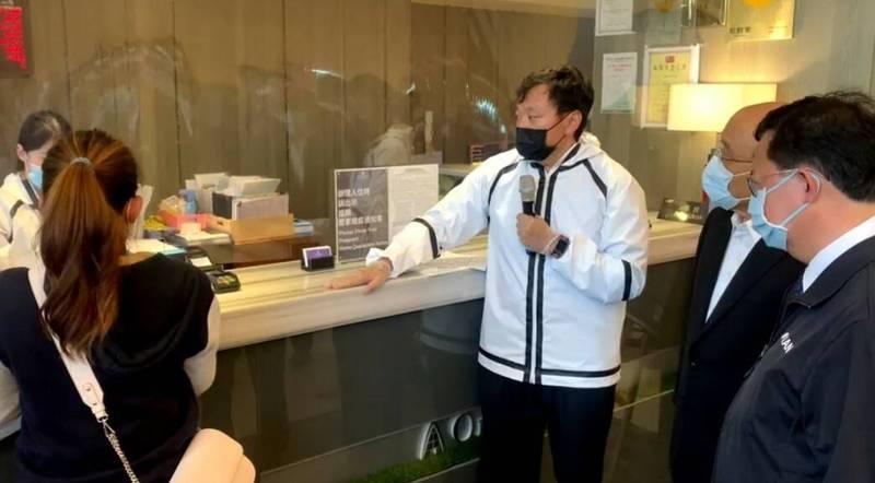行政院長蘇貞昌(右2)由桃園市長鄭文燦(右1)等人陪同,到桃園市視察防疫旅館。(行政院提供)