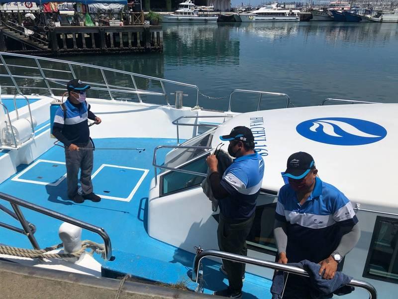 龜山島航班全面停航至5月28日,圖為業者前幾天對船隻進行消毒。(東北角風管處提供)