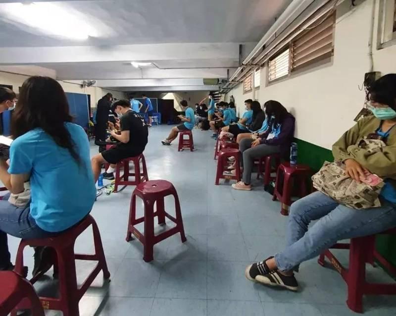 網傳「全大運志工被趕到地下室,躲避稽查防疫人數」。(記者王姝琇翻攝)