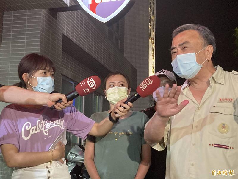 被稱為「舅舅」的林男受訪(右)說,他確實有去過萬華茶室,但身體很正常、很健康。(記者闕敬倫攝)