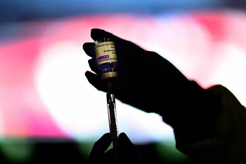 一名醫護正在準備武漢肺炎疫苗。(法新社檔案照)