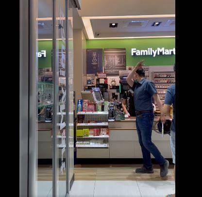 男子不滿女店員結帳時與女友人肢體接觸,衝進店內咆哮。(圖擷取自「爆料公社」)