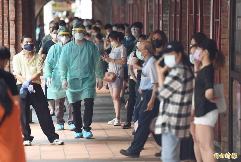 北市府在萬華區剝皮寮新設快篩站,今天下午4點起開始受理篩檢,吸引超過200民眾排隊。(記者廖振輝攝)