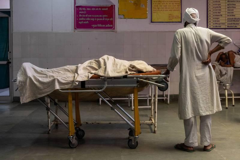 印度一名43歲婦女因為染疫送往醫院卻被一名男護士性侵,當晚不幸過世。示意圖,圖與新聞事件無關。(路透)