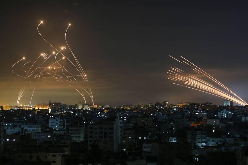 5月14日,在加薩走廊北部的拜特拉希亞(Beit-Lahia),可以清楚見到凌晨時分的夜色中有大量火箭彈升空,以色列領土也升起相應數量的「鐵穹(Iron Dome)」防禦飛彈。(法新社)