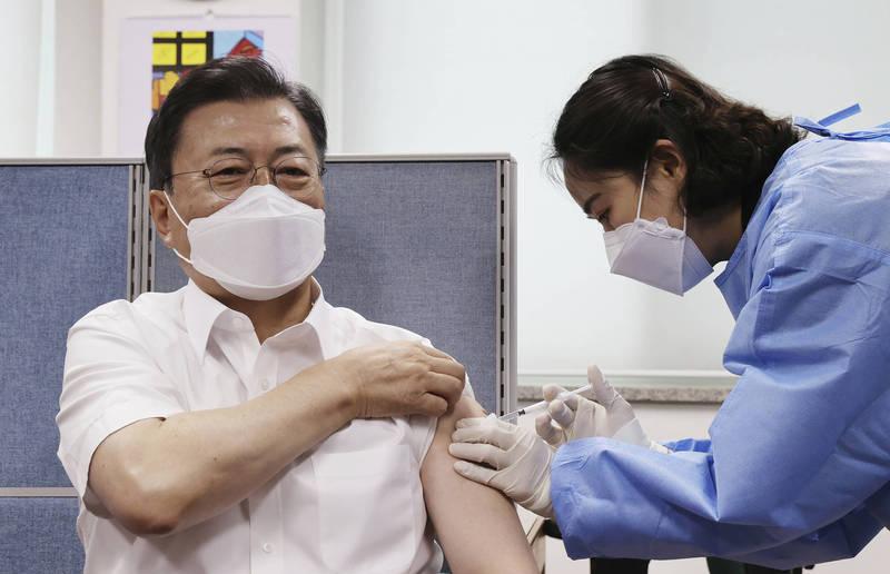 南韓14日起開打AZ疫苗第二劑。圖為日前南韓總統文在寅公開接種AZ疫苗。(美聯社資料照)