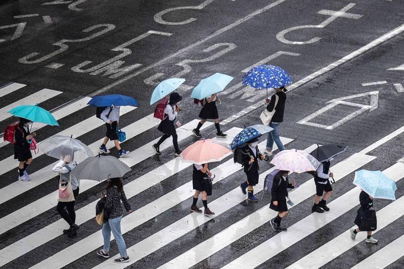 日本昨全境新增6880例確診、101例死亡,重症患者再度刷新疫情以來紀錄,累計達1214例。圖為東京街景。(法新社)