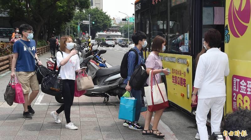 台北市立聯合醫院和平婦幼院區醫護人員帶著隨身行李,準備搭乘防疫巴士赴防疫旅館隔離。(記者廖振輝攝)